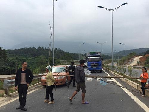 Người dân chặn đường cao tốc Nội Bài- Lào Cai ngày 14-11.Ảnh: Thanh Phong