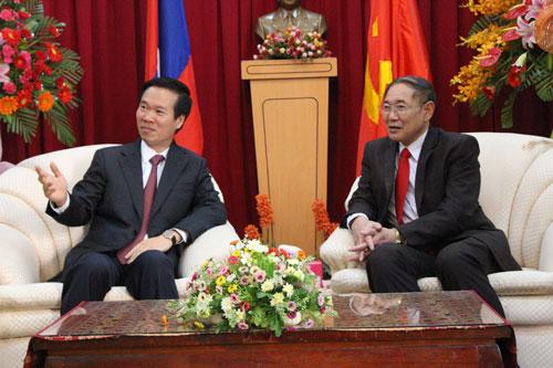 Phó Bí thư Thường trực Thành ủy TP HCM Võ Văn Thưởng (trái) và Tổng Lãnh sự Lào tại TP HCM Southideth Phommalat Ảnh: HUỆ BÌNH