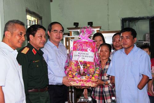 Ông Nguyễn Thiện Nhân thăm, tặng quà gia đình chính sách ở Khánh Hòa