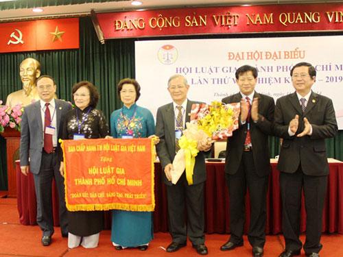 Hội Luật gia TP HCM nhận bức trướng do Hội Luật gia Việt Nam trao tặng