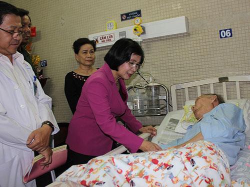 Phó Bí thư Thành ủy TP HCM Nguyễn Thị Thu Hà thăm Thiếu tướng Nguyễn Răng tại Bệnh viện Thống Nhất