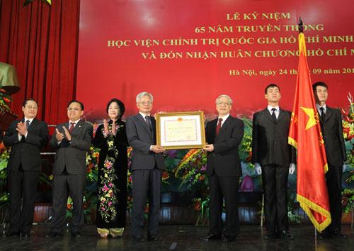 Tổng Bí thư Nguyễn Phú Trọng trao tặng Huân chương Hồ Chí Minh cho Học viện Chính trị Quốc gia Hồ Chí Minh Ảnh: TTXVN