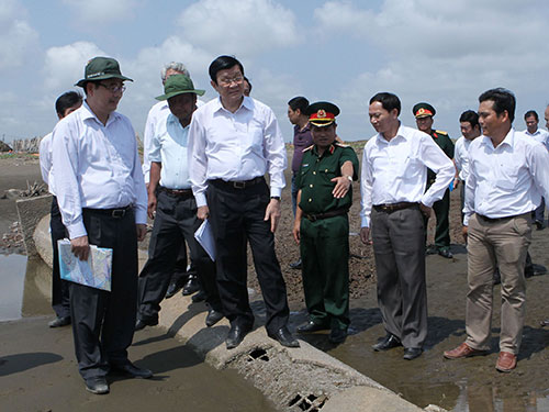Chủ tịch nước Trương Tấn Sang khảo sát tuyến đê, kè xung yếu tại xã Hiệp Thạch, huyện Duyên Hải, tỉnh Trà Vinh Ảnh: TTXVN
