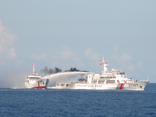 Tàu Trung Quốc xịt vòi rồng sang tàu Cảnh sát biển Việt NamẢnh cắt từ clip của Cảnh sát biển Việt Nam