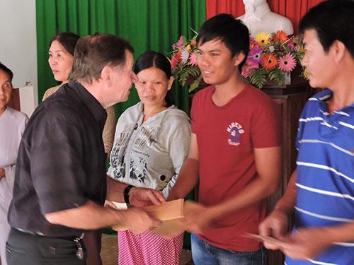 Ông Hồ Cương Quyết trao quà hỗ trợ người thân ngư dân Lý Sơn gặp nạn trên biển