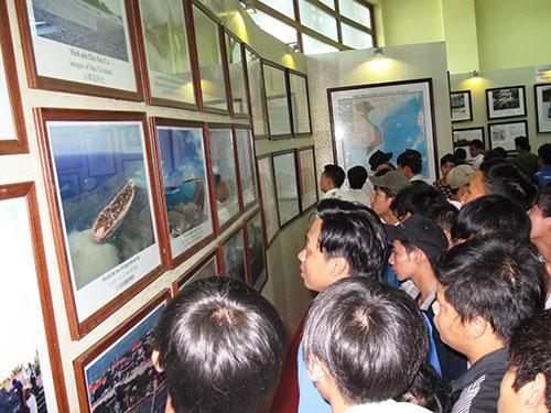 Đông đảo người dân đến xem triển lãm