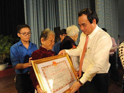 Ông Văn Hữu Chiến, Chủ tịch UBND TP Đà Nẵng, trao danh hiệu Mẹ Việt Nam anh hùng cho các mẹ vào sáng 31-3