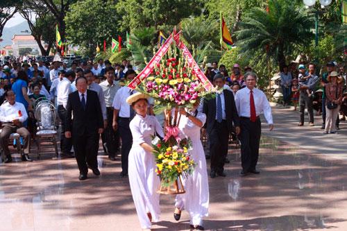 Dâng hoa trước tượng đài Hoàng đế Quang Trung
