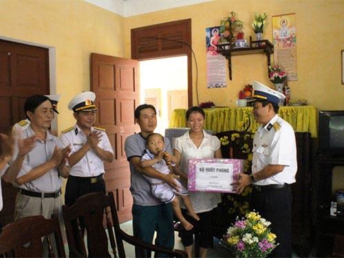 Đoàn công tác tặng quà cho gia đình anh Đoàn Duy Kiệt ở đảo Song Tử Tây