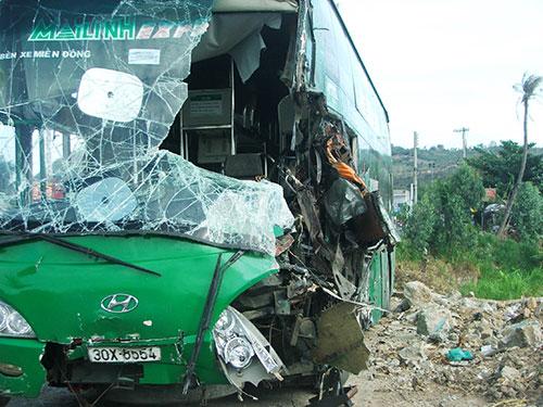 Xe khách BKS 30X-8554 bị hư hỏng nặng trong vụ tai nạn Ảnh: HỒNG ÁNH