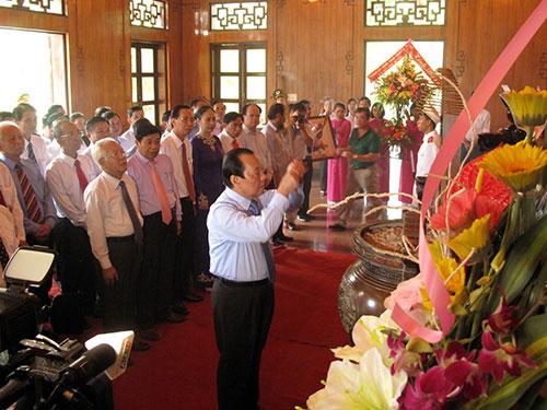 Đoàn đại biểu TP HCM dâng hương Chủ tịch Hồ Chí Minh tại Khu Di tích Kim Liên Ảnh: TTXVN