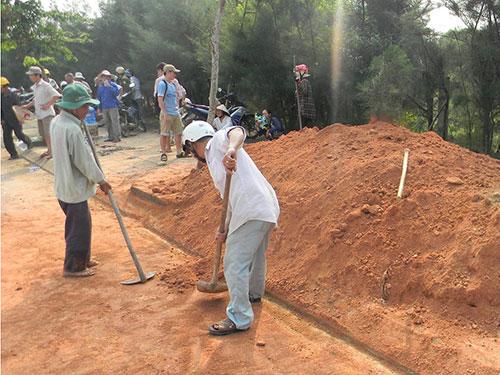 Người dân lấp miệng cống xả nước thải của KCN Bắc Chu Lai    Ảnh: Sơn Phong