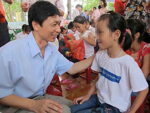 Lãnh đạo Bộ Y tế thăm hỏi, tặng quà cho trẻ có HIV đang được nuôi dưỡng tại  Trung tâm Giáo dục lao động xã hội số 2