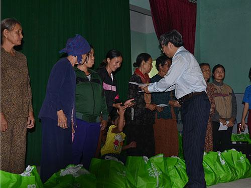 Đại diện thường trực HĐND TP HCM trao quà cho người nghèo ở huyện đảo Lý Sơn, tỉnh Quảng Ngãi