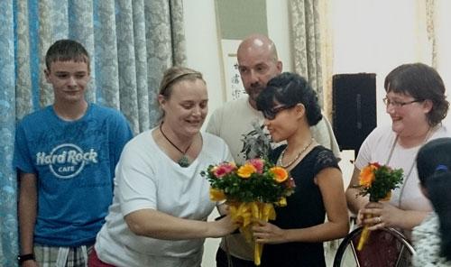 Các nạn nhân chất độc da cam thế hệ thứ hai và ba của Mỹ tặng hoa cho chị Nguyễn Thị Huyền (gia đình có 3 nạn nhân dioxin)