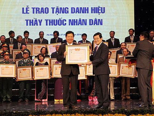 Chủ tịch nước Trương Tấn Sang trao tặng danh hiệu Thầy thuốc Nhân dân cho các thầy thuốc Ảnh: TTXVN