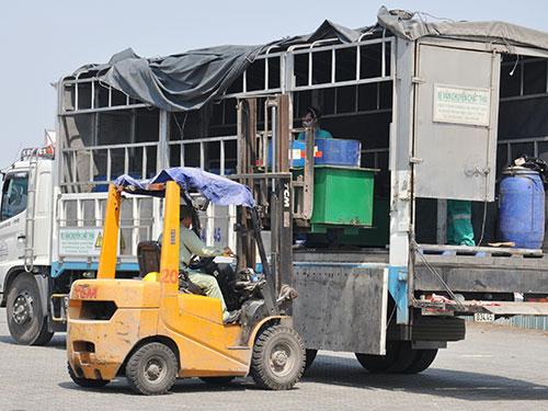 Các thùng phuy dầu nhiễm PCB được chuyển bằng xe tải về Kiên Giang. Ảnh: TTXVN