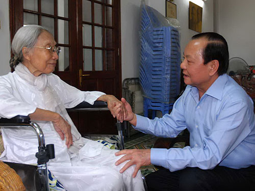 Ông Lê Thanh Hải - Ủy viên Bộ Chính trị, Bí thư Thành ủy TP HCM - trong một lần đến thăm mẹ Việt Nam anh hùng Bùi Thị Mè