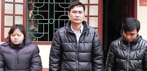 Các đối tượng Ngô Thu Lý, Giáp Văn Trung, Chu Ngọc Lâm (từ trái qua) tại cơ quan công an Ảnh: THÁI DƯƠNG