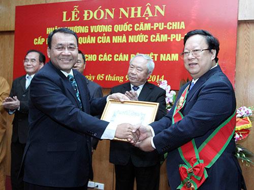 Đại sứ Đặc mệnh Toàn quyền Vương quốc Campuchia Hul Phany trao Huân chương cho Chủ tịch Liên hiệp Các tổ chức hữu nghị Việt Nam Vũ Xuân Hồng. Ảnh:TTXVN