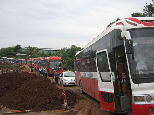 Xe cộ ùn tắc kéo dài trên Quốc lộ 14 đoạn qua huyện Chư Pah, tỉnh Gia Lai
