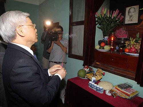 Tổng Bí thư Nguyễn Phú Trọng dâng hương tưởng niệm Chủ tịch Hồ Chí Minh  Ảnh: TTXVN