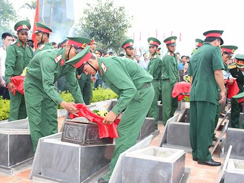 An táng các liệt sĩ tại Nghĩa trang huyện Đức Cơ, tỉnh Gia Lai  Ảnh: HOÀNG THANH