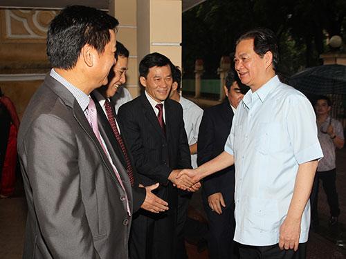 Thủ tướng Nguyễn Tấn Dũng gặp gỡ cán bộ, nhân viên Hội đồng Dân tộc và Ủy ban Dân tộc Ảnh:TTXVN