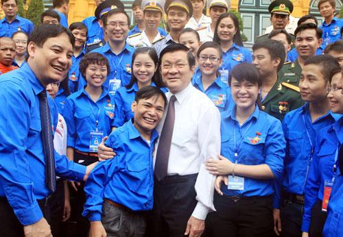 Chủ tịch nước Trương Tấn Sang gặp thân mật các thanh niên tiên tiến tiêu biểu  Ảnh: TTXVN