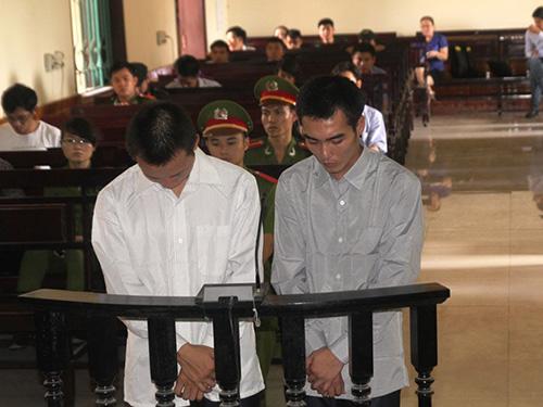 Bị cáo Lê Trọng Tú (trái) và Lô Minh Trọng tại phiên tòa ngày 10-6