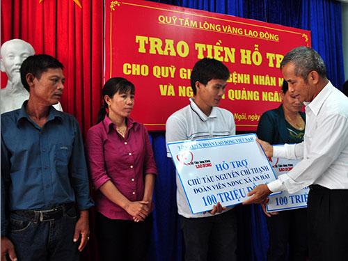 Chủ tịch Tổng LĐLĐ Việt Nam Đặng Ngọc Tùng trao quà cho ngư dân