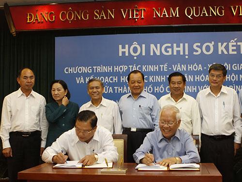 Lãnh đạo của TP HCM và tỉnh Bình Phước ký kết chương trình hợp tác giai đoạn 2014-2020 Ảnh: Hoàng Hải