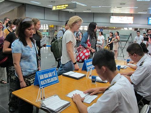 Hành khách nhập cảnh kê khai thông tin về sức khỏe tại sân bay Nội Bài