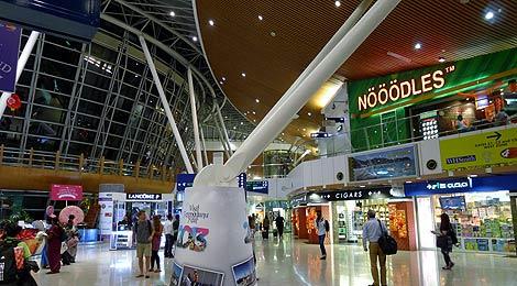 Cảnh sát Malaysia ngày 25-9 bắt giữ 3 nghi phạm thánh chiến ở sân bay quốc tế Kuala Lumpur. Ảnh: Backpacking Malaysia