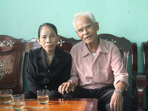 Đến với nhau khi tuổi đã cao nhưng vợ chồng cụ Huấn - bà Nhân vẫn rất hạnh phúc Ảnh: QUANG VINH