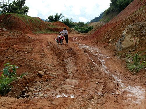 Dự án đường Trà Phong - Gò Rô - Trà Bung (huyện Tây Trà, tỉnh Quảng Ngãi) dù đơn vị thi công đã tạm ứng hơn 5 tỉ đồng nhưng vẫn không xây dựng