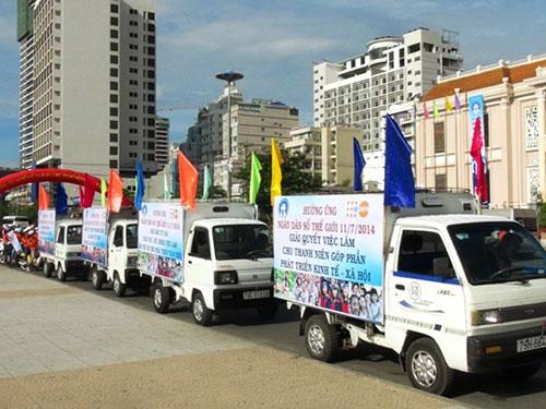 Diễu hành sau lễ mít tinh kỷ niệm Ngày Dân số thế giới tại TP Nha Trang, ngày 10-7