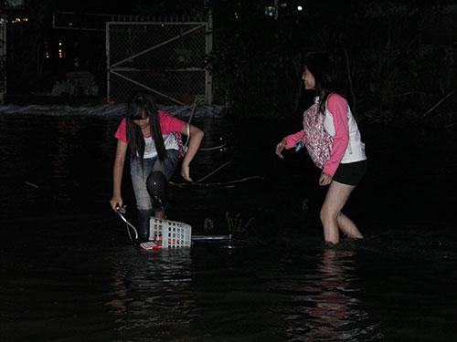 Triều cường gây ngập nặng ở cư xá Thanh Đa (quận Bình Thạnh, TP HCM)
