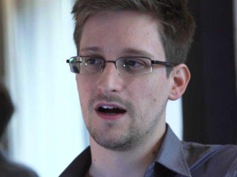 Người thổi còiEdward Snowden có thể đang bị tình báo Nga kiểm soát. Ảnh: The Guardian