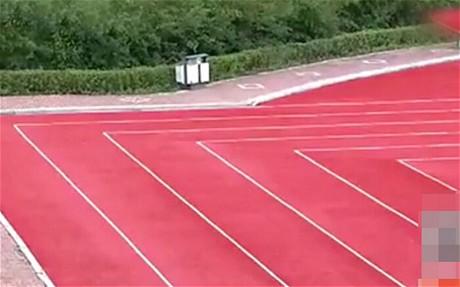 Đường chạy vuông góc làm khó các vận động viên. Ảnh: Telegraph