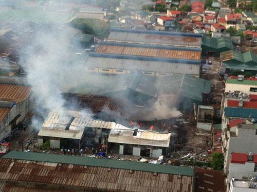 Hỏa hoạn thiêu rụi xưởng gỗ gần 1.000 m2 ở quận Hoàng Mai, TP Hà Nội