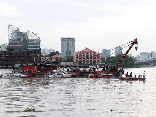 Các lực lượng chức năng trục vớt tàu chìm trên sông Sài Gòn trưa 25-7