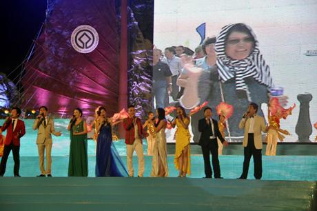 Ca sỹ Hồ Quỳnh Hương cùng các nghệ sỹ người Quảng Ninh biểu diễn tại Carnaval Hạ Long 2013.