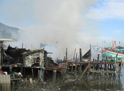 Ngọn lửa bùng phát dữ dội từ những vật liệu dễ cháy và cặn dầu nhớt.