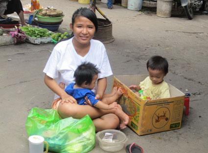 Nhiều mánh khoé để xin tiền người hảo tâm: Bà mẹ có hai con nhỏ đi ăn xin.