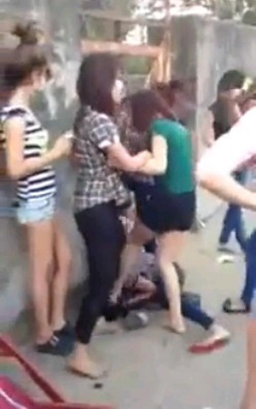 Hành động dùng chân đạp vào mặt của 4 cô gái. Ảnh: Chụp từ màn hình.