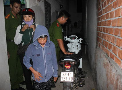 Lê Thị Hiền và bà Hà Thị E tại thời điểm kiểm tra ở phòng trọ