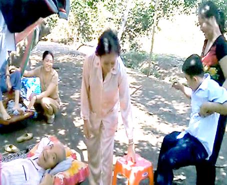 Phùng Minh Quân đang sờ vào người bệnh (ảnh chụp lúc 15 giờ 40 ngày 5-3).