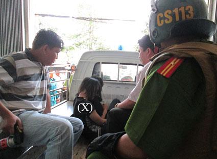 Khống chế và đưa Nguyễn Văn Thà (X) lên xe về trụ sở công an phường.