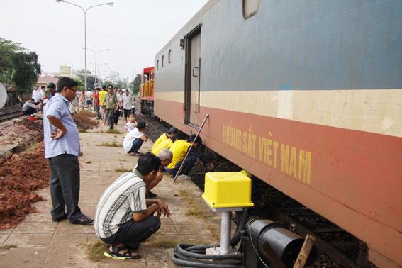 Các nhân viên kỹ thuật ngành đường sắt tìm hiểu nguyên nhân vụ việc